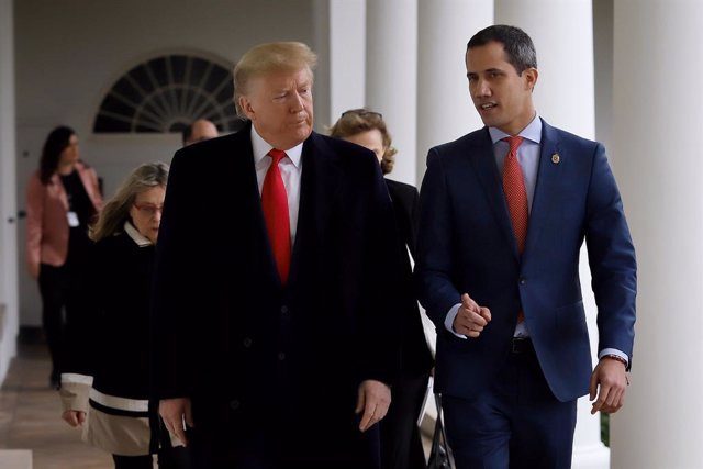 HANDOUT - 05 February 2020, US, Washington: A picture provided by the press office of the Venezuelan opposition leader and self-appointed interim president Juan Guaido, shows the US President Donald Trump (L) receives Guaido (R) at the White House. (Best