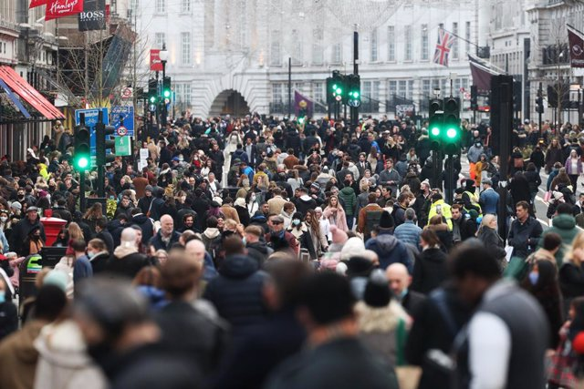 05 December 2020, England, London: Shoppers wade through Regent Street on the first weekend following the end of the second national lockdown in England, with coronavirus restrictions being relaxed. Photo: Yui Mok/PA Wire/dpa