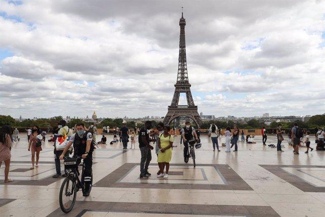 Personas en la capital de París, Francia, durante la pandemia de coronavirus