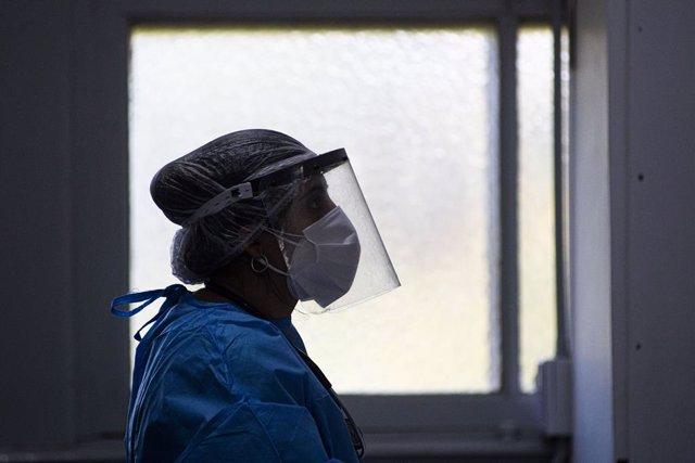 Una trabajadora sanitaria en Argentina con protección frente al coronavirus.