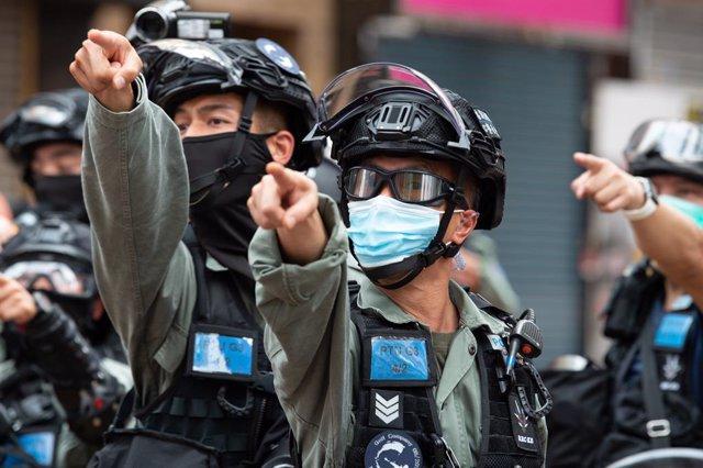 Agentes de la Policía de Hong Kong durante una protesta.