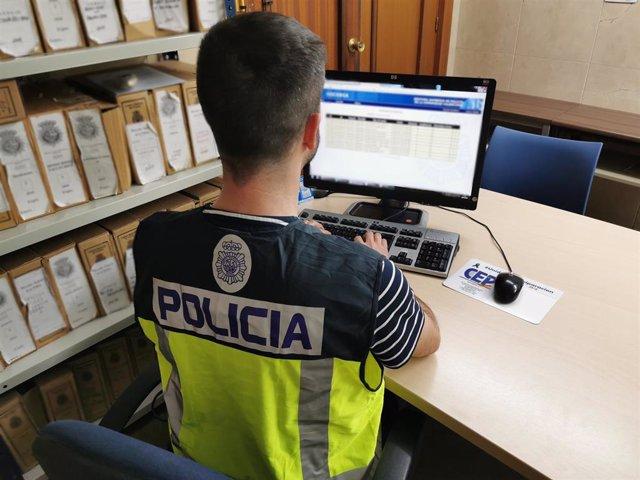 Agentes del Cuerpo Nacional de Policía en tareas de investigación