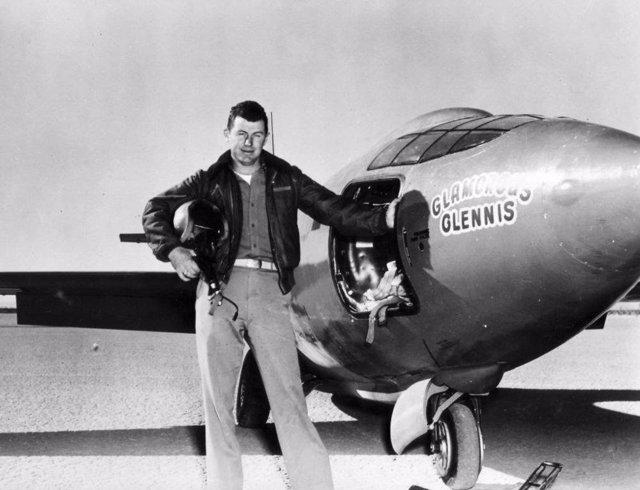 Chuck Yeager junto al avión con el que rompió la barrera del sonido
