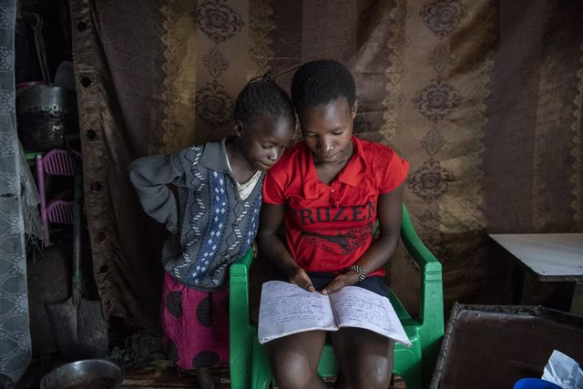 Dos niñas de Kenia estudian en casa en el marco de la pandemia de COVID-19.