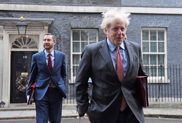 08 December 2020, England, London: UK Prime Minister Boris Johnson (R), accompanied by Cabinet Secretary Simon Case, arrive for the government's weekly cabinet meeting at the Foreign and Commonwealth Office. Photo: Kirsty O'connor/PA Wire/dpa