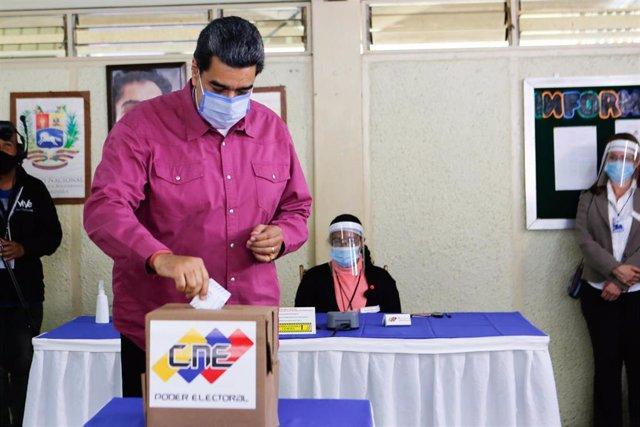 Nicolás Maduro vota en las elecciones parlamentarias en Venezuela