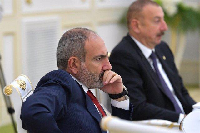Nikol Pashinián en una cumbre junto al líder de Azerbaiyán, Ilham Aliyev