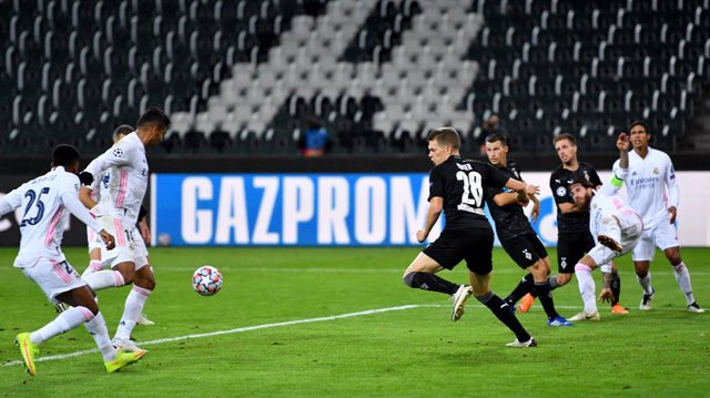 27 October 2020, North Rhine-Westphalia, Moenchengladbach: Real Madrid's Casemiro scores his side's second goal during the UEFA Champions League Group B soccer match between Borussia Moenchengladbach and Real Madrid at the Borussia-Park stadium. Photo: Ma