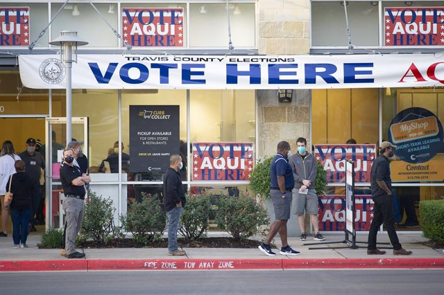 Electores haciendo cola para votar en un colegio en Austin (Texas)