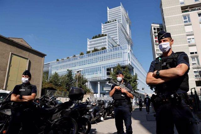 Policías de Francia ante un tribunal en el inicio del juicio contra varios acusados de complicidad en el atentado en 2015 contra la sede de la revista 'Charlie Hebdo'