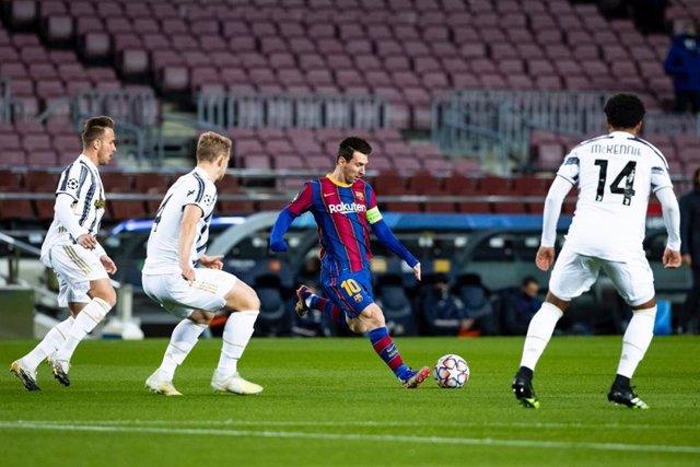 El jugador del FC Barcelona Leo Messi, durante la derrota del Barça ante la Juventus (0-3) en la última jornada de la fase de grupos de la Liga de Campeones 2020/21, en el Camp Nou