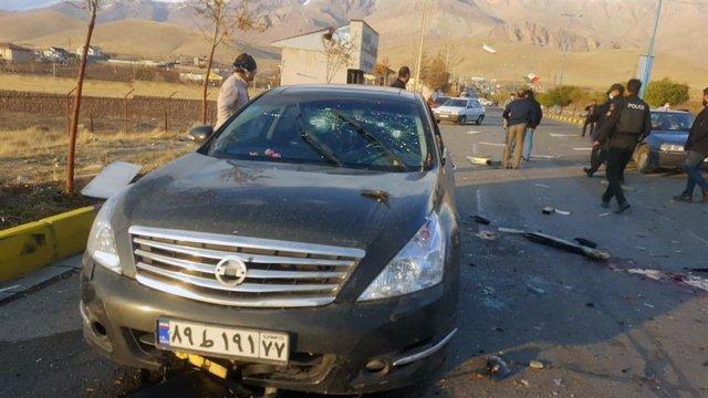 El coche en el que fue asesinado a tiros el científico nuclear iraní Mohsen Fajrizadé el 27 de noviembre