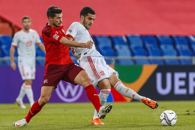 14 November 2020, Switzerland, Basel: Spain's Mikel Merino (R) and Switzerland's Remo Freuler battle for the ball during the UEFA Nations League Group D soccer match between Switzerland and Spain at St. Jakob-Park. Photo: Indira/DAX via ZUMA Wire/dpa