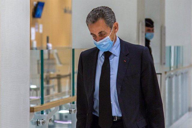 Nicolas Sarkozy a su salida del tribunal de París en el que está siendo juzgado