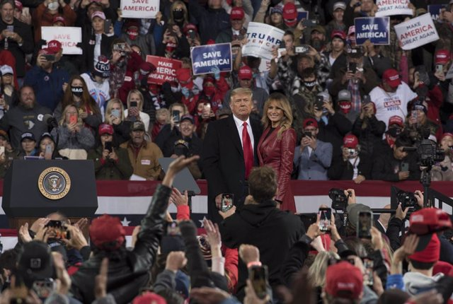 05 December 2020, US, Valdosta: US President Donald Trump (L) and First Lady Melania Trump attend a Georgia Victory Rally to support two Republican incumbent US senators Kelly Loeffler and David Perdue, who face democratic challengers in the special run r