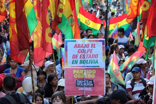 Imagen de archivo de protestas tras la renuncia a la presidencia de Bolivia de Evo Morales por presuntas irregularidades.