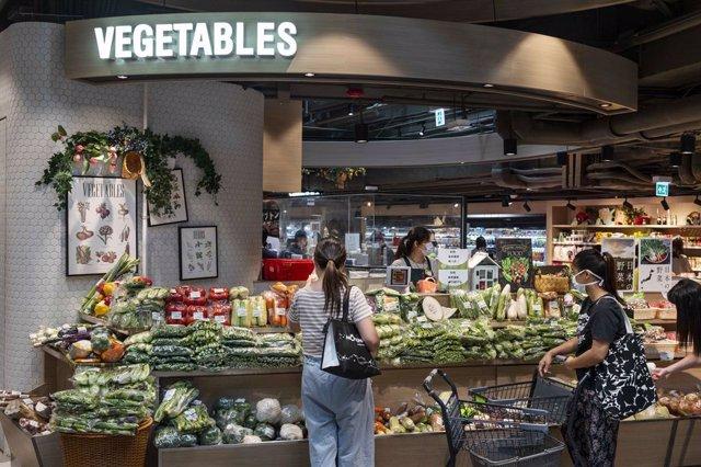 Tienda de verduras en un supermercado de Hong Kong.