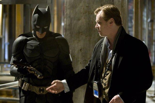 La filmografía de Christopher Nolan es ejemplar. Desde su debut detrás de las cámaras, el cineasta ha dirigido grandes títulos... Como la aclamada trilogía del Caballero Oscuro, rodando para muchos unas de las mejores películas de superhéroes. Por no d