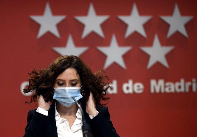 La presidenta de la Comunidad de Madrid, Isabel Díaz Ayuso, se quita la mascarilla tras comparecer en rueda de prensa en la Casa Real de Correos, en Madrid, (España), a 21 de octubre de 2020. Informa sobre los acuerdos a los que han llegado tras una reuni