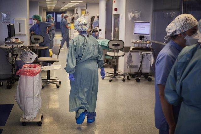 Una empleada sanitaria protegida trabaja en las instalaciones pertenecientes a la UCI de la Clínica Universidad de Navarra, en Pamplona