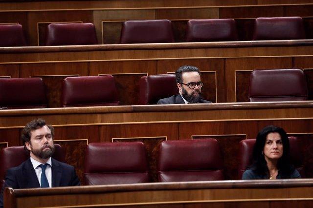 Los diputados de Vox, Iván Espinosa de los Monteros (i), José María Sánchez García (arriba), y María de la Cabeza Ruiz Solás (d)asisten este miércoles en el Congreso a la comparecencia del presidente del Gobierno, Pedro Sánchez, que explica la declaración