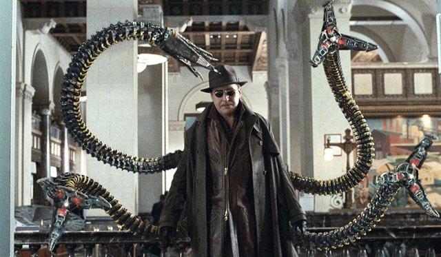 Alfred Molina es Doctor Octopus en Spider-Man