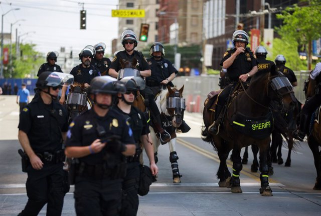 25 May 2019, US, Dayton: Mounted police secure the area around a rally by the white supremacist group KKK and a counter protest by the anti-fascist movement ANTIFA. Photo: Jeremy Hogan/SOPA Images via ZUMA Wire/dpa