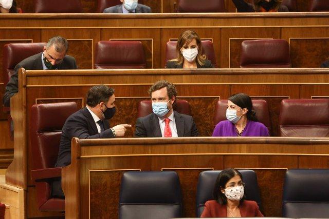 (I-D) El líder de Vox, Santiago Abascal; el portavoz de Vox, Iván Espinosa de los Monteros; y la secretaria general de Vox en el Congreso de los Diputados, Macarena Olona; durante una sesión plenaria en la que el Gobierno solicita al Congreso la prórroga