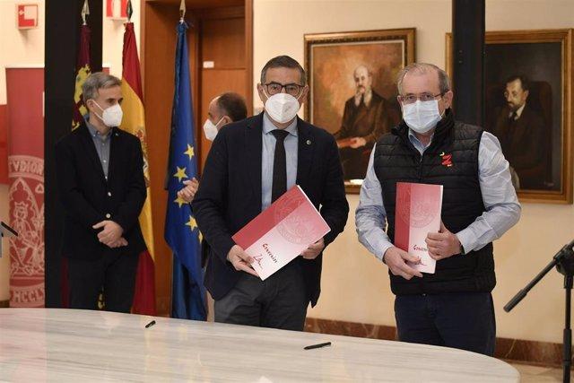 El rector de la Universidad de Murcia, José Luján, y el consejero delegado de 'El Dulze Growers', José Ángel Sánchez, firman un acuerdo para crear la Cátedra Universitaria en Industria Inteligente