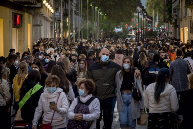 03 October 2020, Spain, Barcelona: People are seen wearing face masks to prevent the spread of coronavirus as they walk down Portal del Angel shopping street in Barcelona. Photo: Jordi Boixareu/ZUMA Wire/dpa