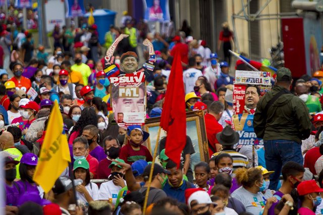 03 December 2020, Venezuela, Caracas: Supporters of Venezuelan President Nicolas Maduro take part in a rally ahead of the controversial general election scheduled to take place on 06 December 2020 in the politically deeply divided South American country.