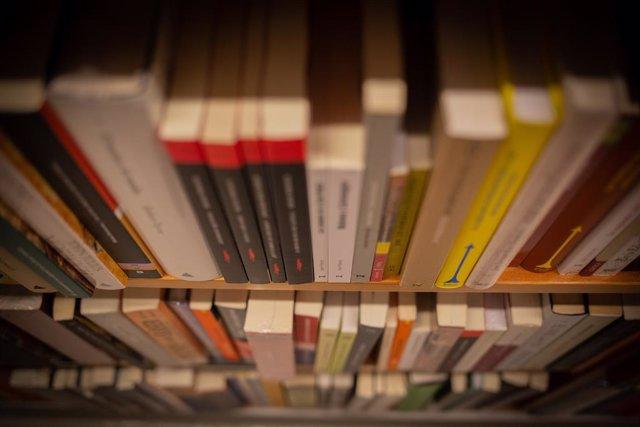 Llibres al prestatge d'una llibreria.
