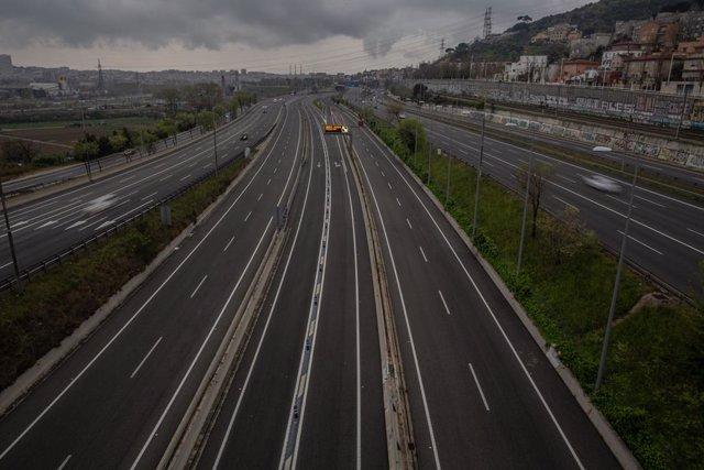 Carretera sin apenas tráfico en la entrada a Barcelona por la Autopista del Vallés el día en el que entra en vigor la limitación total de movimientos salvo de los trabajadores de actividades esenciales, medida adoptada ayer por el Gobierno como prevención
