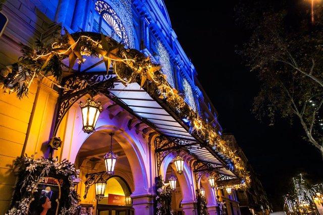 El Gremi de Floristes vesteix el Liceu de Baarcelona amb artesania floral per Nadal.
