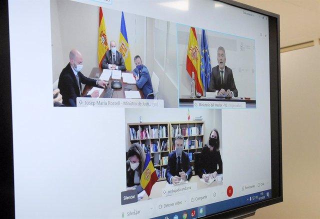 Pantalla de la reunión que han mantenido el ministro de Justicia e Interior andorrano, Josep Maria Rossell, con su homólogo español, Fernando Grande-Marlaska, en la que también ha participado el embajador de Andorra en España, Vicenç Mateu.