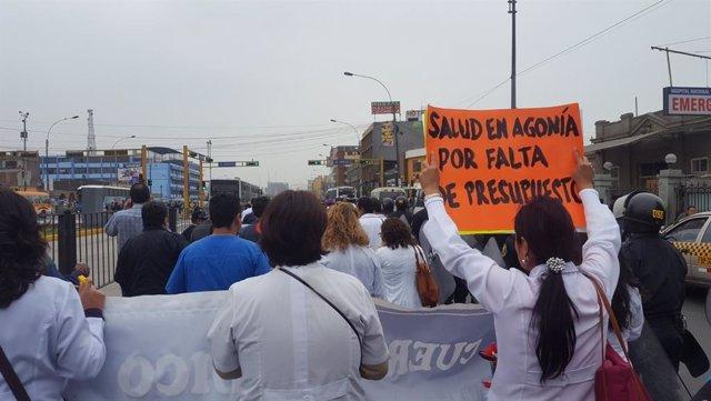 Alrededor de 15.000 médicos pertenecientes a la Federación Médica Peruana están de huelga desde este fin de semana, lo que podría paralizar la cobertura de salud en todo el país, exceptuando los servicios de emergencias y los cuidados intensivos