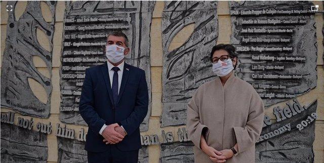 La ministra de Asuntos Exteriores, UE y Cooperación, Arancha González Laya, junto a su colega israelí, Gabi Ashkenazi, en el emorial que honra a diplomáticos reconocidos por salvar judíos durante el Holocausto, entre ellos cuatro españoles