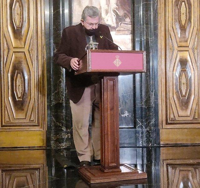L'escriptor Lluís Busquets i Grabulosa llegeix el seu poema 'Apòstrof' en el lliurament de premis dels 43 Jocs Florals de la Tardor, organitzats per l'ACA, a l'Ajuntament de Barcelona