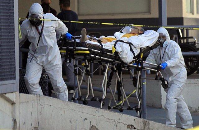 Traslado de un paciente con coronavirus en el Hospital General de Ciudad Juárez, en el norte de México.