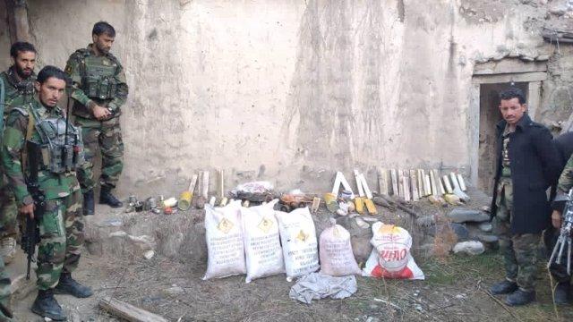 Materiales explosivos incautados por militares afganos en una fábrica de artefactos explosivos improvisados de los talibán en el este de Afganistán