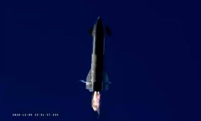 Starship SN8 durante el descenso tras la prueba de vuelo. Terminó estrellándose.