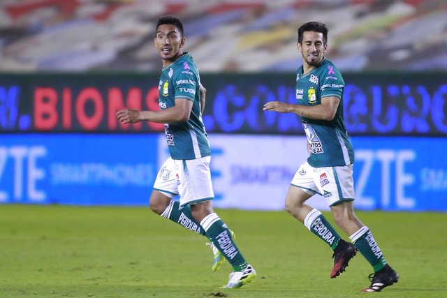Angel Mena (L) of Leon celebrates his goal against Mazatlan FC during their Mexican Liga MX Apertura tournament football match in Leon, Guanajuato state, Mexico on October 2, 2020, amid the Covid-19 novel coronavirus pandemic. (Photo by VICTOR CRUZ / AFP)