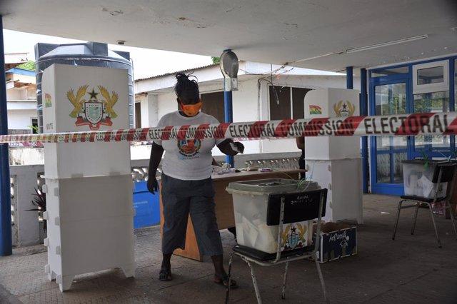 Una mujer vota en las elecciones en Ghana