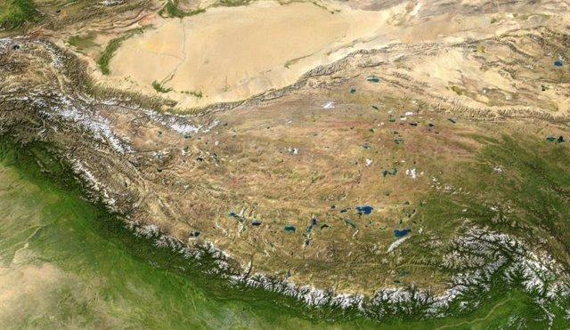 La meseta tibetana,entre la cordillera del Himalaya (al sur) y el desierto de Taklamakán (al norte).