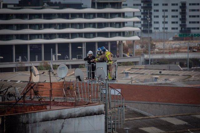 Els Bombers a la nau abandonada que s'ha incendiat a Badalona, Barcelona, Catalunya (Espanya), 10 de desembre del 2020.