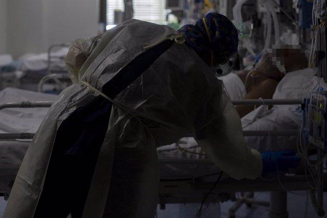 Una trabajadora de la limpieza durante su jornada laboral en la Unidad de Cuidados Intensivos (UCI).