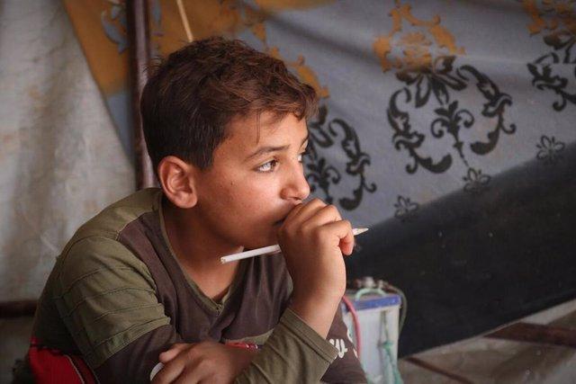 Ameen, un niño de doce años que estudia y trabaja en un campamento en el norte de Siria
