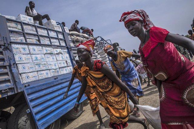 Reparto de alimentos por parte del PMA en la localidad de Karam, en Sudán del Sur