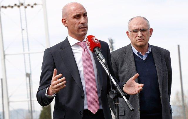 Luis Rubiales comparece ante los medios acompañado por Andreu Camps