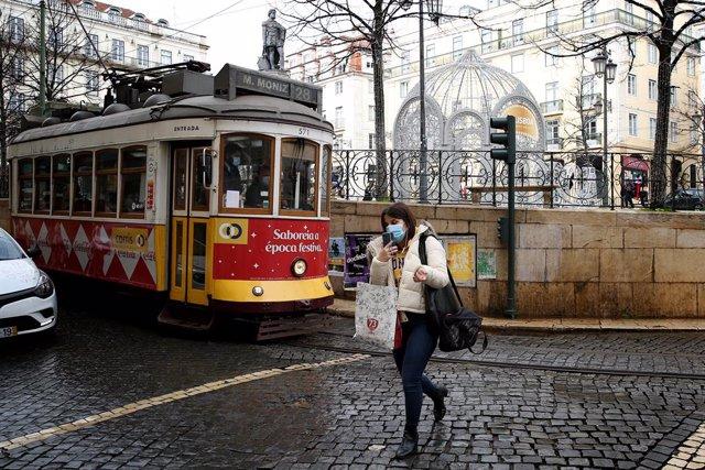 Una mujer con macarilla en Lisboa